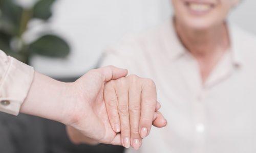 Eine Hand hält die andere