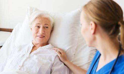 Eine Seniorin liegt im Bett