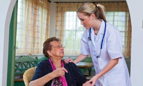Seniorin wird gepflegt